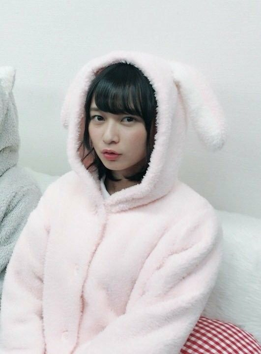 ウサギのフードをかぶった鈴木絢音