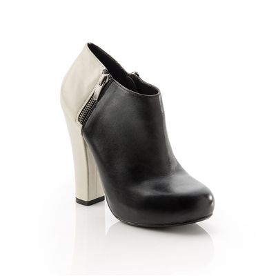 Ankle boot with contrasting leather hues, a modern look.