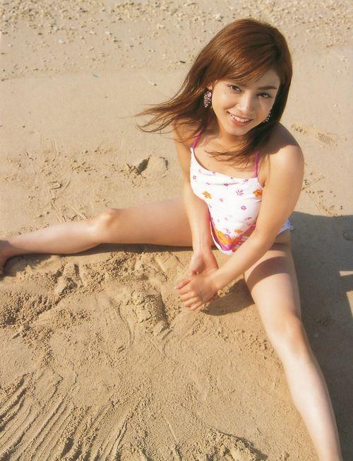 平愛梨砂浜で足を広げるグラビア
