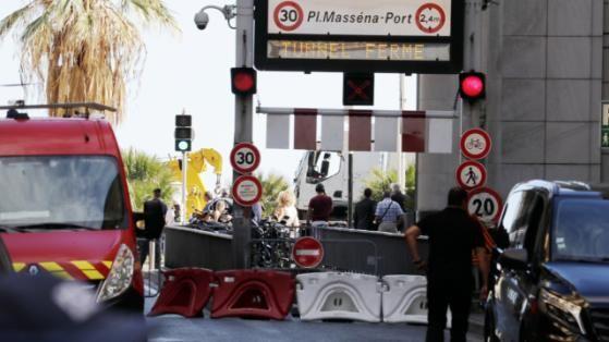 Vorbereitungen zum Abschleppen des Lasters, mit dem ein 31-Jähriger am Donnerstagabend in Nizza mindestens 84 Menschen tötete