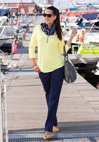 Zartes Gelb trifft Marine: Sonne und Meer vereinen sich hier zu einem harmonischen Kontrast mit dem Shirt in Gelb zu Hose und Schal in Marineblau. Eine sportlich-lässige Kombi, die mit passenden Accessoires femininen Chic bekommt.