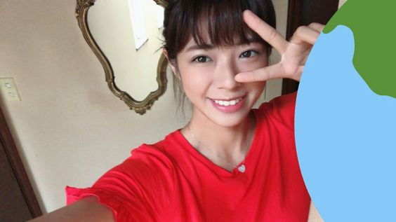 笑顔のピースサインで自撮りのわちみなみのエロ可愛い画像