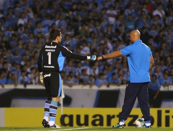 Marcelo Grohe e o treinador de goleiros Rogerião (Foto: Lucas Uebel)