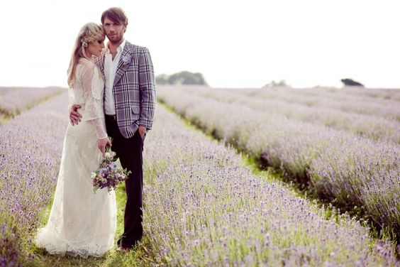 Un matrimonio en el campo, puede ser una ceremonia religiosa o civil, campo lleno de lavanda da un aire romántico y elegante.