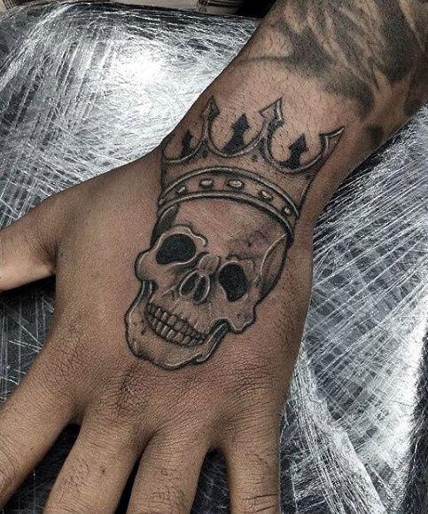 50 Kleine Schadel Tattoos Fur Manner Mortality Design Ideen Mann Stil Tattoo In 2020 Skull Tattoos Tattoos For Guys Small Skull Tattoo
