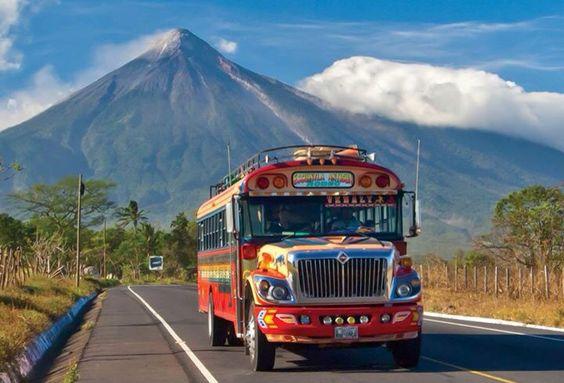 Carretera de Guatemala fondo volcán de Agua