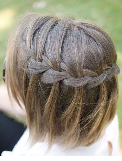 Une coiffure a base de tresse en cascade sur cheveux courts