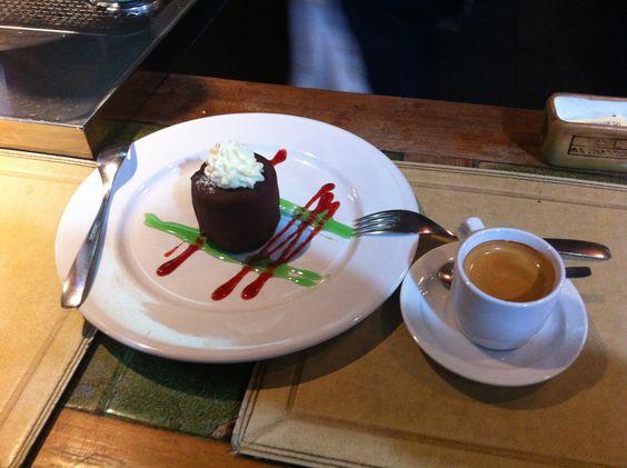 Manolito, sorvete de doce de leite coberto com chocolate meio amargo e recheio de trufas. Uma loucura do Uruguai.
