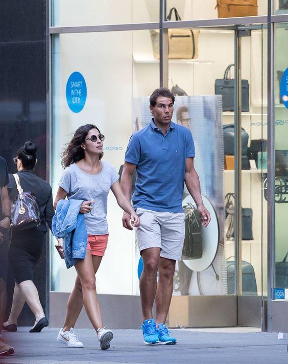 女性と歩いているラファエル・ナダル