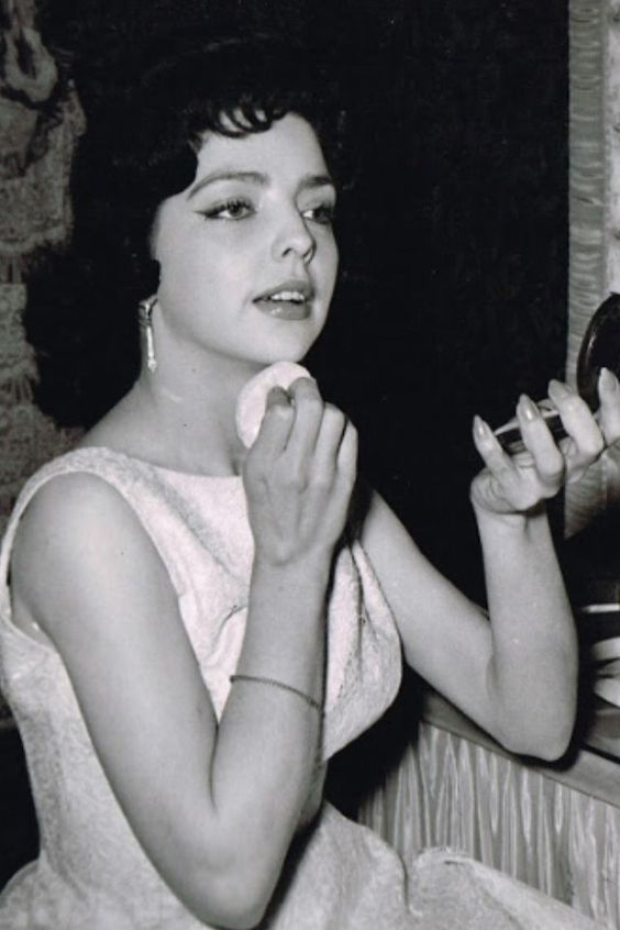 """Anabel Gutiérrez, entre algunas actuó en """"Escuela de Vagabundos"""" muchos años después actuaría en Chespirito como Doña Espotaverderona mamá de la Chimoltrufia"""
