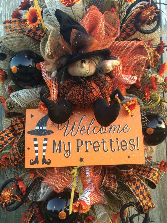 Guirnalda de Halloween, botín de Halloween, decoración Halloween, guirnalda, decoración de la bruja, Halloween malla guirnalda, Fantasia Halloween de la bruja  Ella es tan elegante  Bienvenida a la temporada con los colores de otoño-naranja, Burdeos, negro y arpillera. Ricamente detallado y hermoso desde todos los ángulos - éste es lindo spooky ~ lleno de detalles!  Caprichosa se reúne sofisticadas como esta paleta te invita en proporcione muchas sonrisas!  La bruja fue hecho a mano por un…