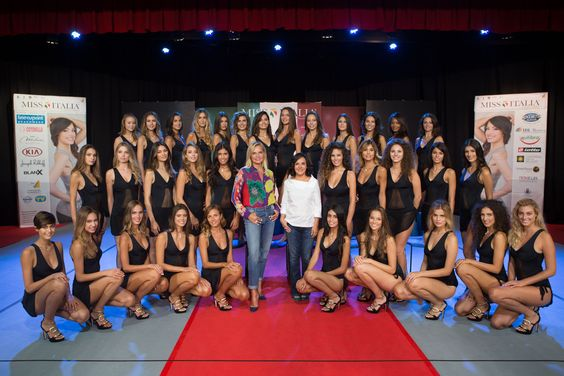 Miss Italia 2015 La finale - Simona Ventura e i tre giurati: Claudio Amendola, Joe Bastianich, Vladimir Luxuria . Ospiti Morgan, Baby K e Giusy Ferreri.