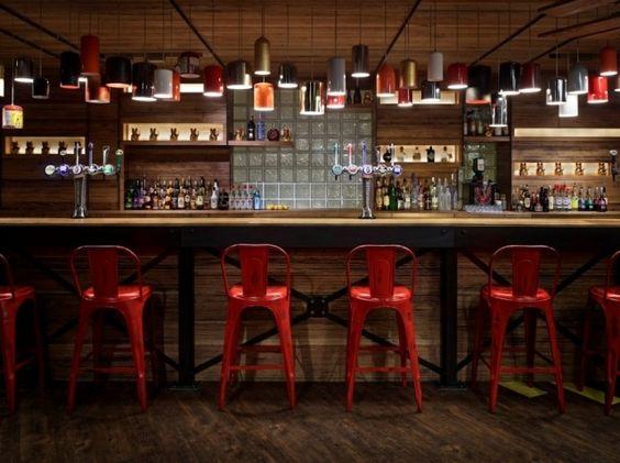 bar design idustrie stil metall holz rote barhocker farbtupfer