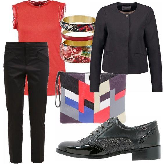 Un outfit da giorno composto da pantaloni chino e top arancio con scarpe basse senza lacci e borsa multicolor a mano. Per l'ufficio o per uscire per delle commissioni.