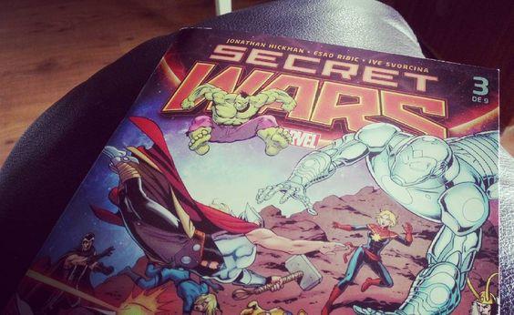 Me he levantado casi a las 10 y he leído en el sofá unos tebeos de Secret Wars que me recuerdan a los que yo compraba #unbuendía