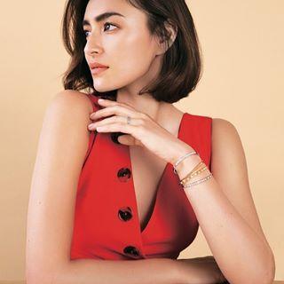 真っ赤なドレスの長谷川潤