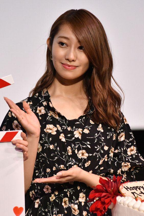 隣を紹介する桜井玲香のかわいい画像
