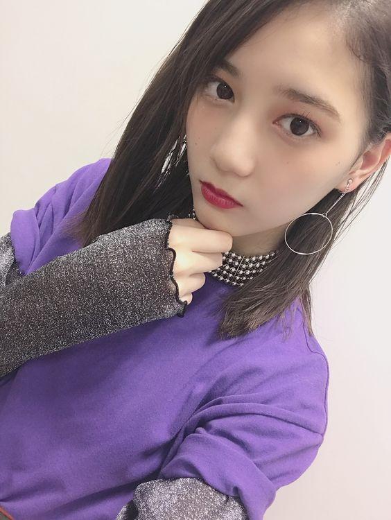 紫トップスの小坂菜緒