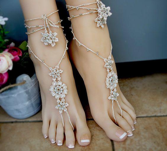 Sandales aux pieds nus avec des perles de tricot au crochet, bijoux pour les pieds. Sandales beige boho, style romantique. Bijoux Bracelets de cheville pour mariage par EZDessin sur Etsy https://www.etsy.com/fr/listing/293622759/sandales-aux-pieds-nus-avec-des-perles
