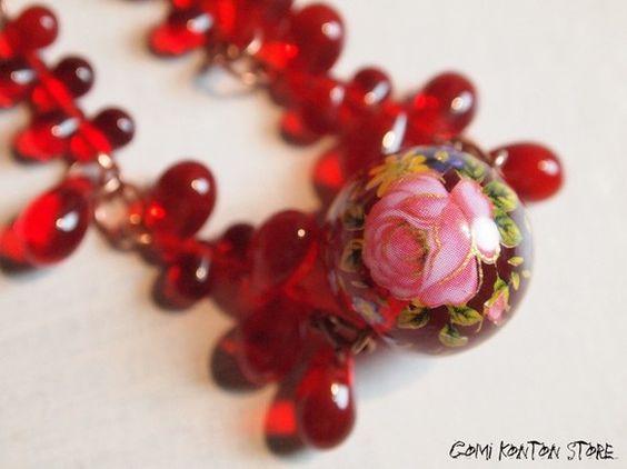 ・深く赤く透き通った血のようなネックレスができあがりました。絵画風のクラシックなお花柄に疎らに動きを感じる硝子雫ビーズの粒がおどろおどろしくも可愛らしい雰囲気...|ハンドメイド、手作り、手仕事品の通販・販売・購入ならCreema。