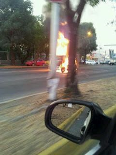 Se incendia carro en López Mateos(2)  12/06/2012