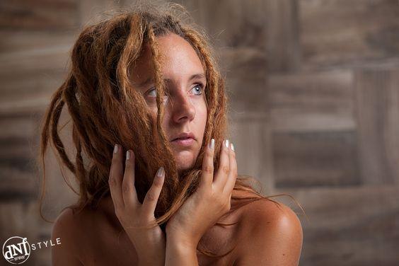Meisje met dreadlocks tegen een aparte achterwand. www.dnf-style.com #dnf-style.com  #Fotoshoot / #Limburg / #Fotograaf / #Geleen