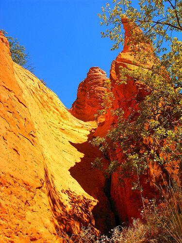 #Rustrel, alliant #nature et patrimoine ocrier, propose les #couleurs les plus #flamboyantes et les plus variées !