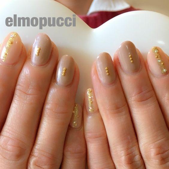 ヌーディな色。 長い指がさらに長く見えます。 #グレージュ #ゴールド #ベージュ #お客様へ施術した #ハンド #ミディアム #エルプチ #ネイルブック