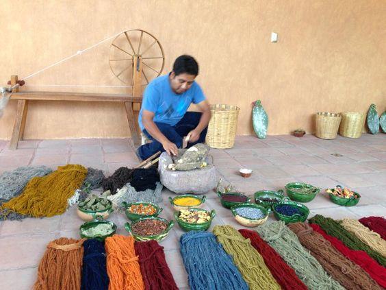 Artesanos mexicanos pintando lana. Oaxaca. Foto de Ale Velez S.