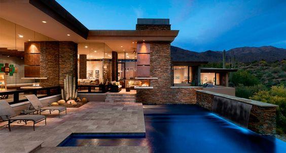 Área de piscina com porcelanato imitando pedra: