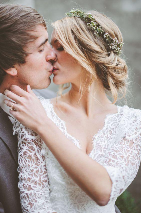 Capelli da sposa: 24 idee per indossare i fiori il giorno del tuo matrimonio