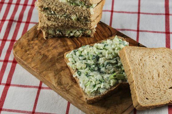 Sanduíche de salsão, maçã verde e rúcula