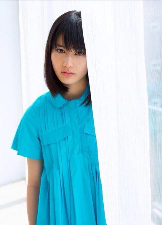 水色シャツの橋本愛