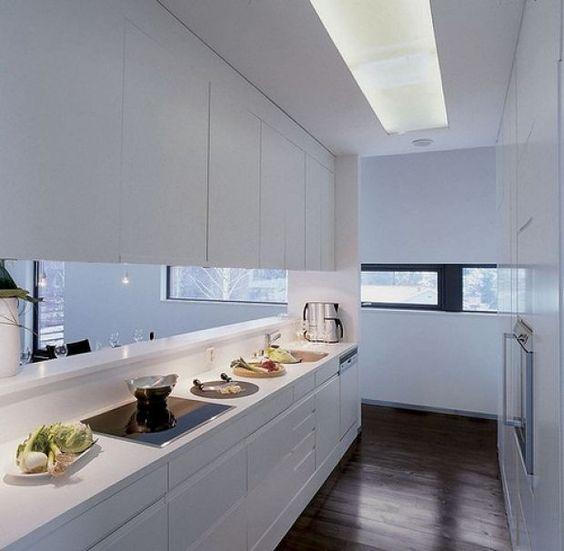 Cozinha minimalista em tons brancos