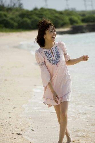 小林麻耶かわいいミニワンピースで海岸沿いを歩く画像
