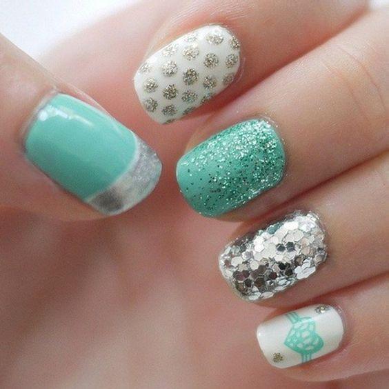 ongles en gel en blanc et vert menthe avec paillettes argentées