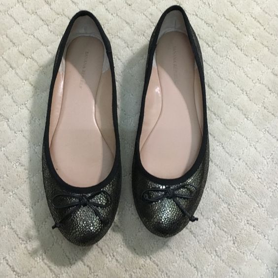 Banana Republic flats Black and gold banana republic flats! Only worn a few times! I greats condition Banana Republic Shoes Flats & Loafers