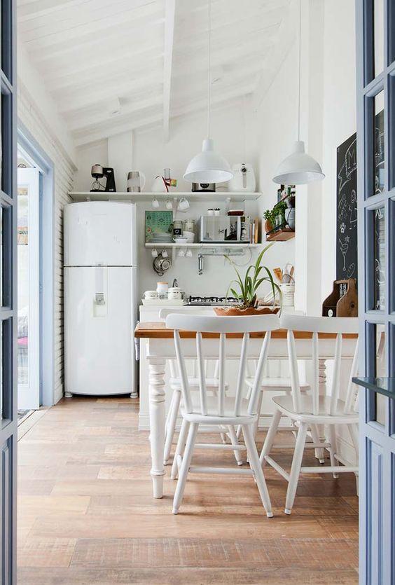Cozinha pequena com mesa de jantar
