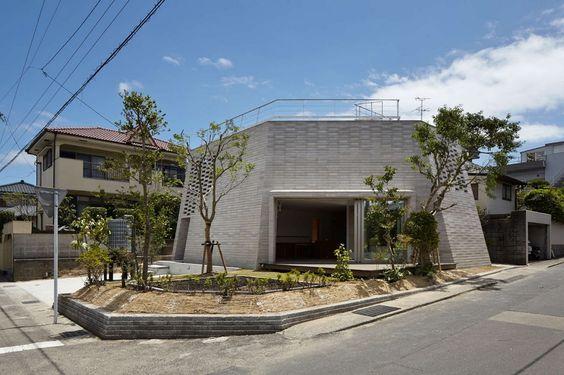 Parois en blocs de Shirazu pour maison contemporaine urbaine au Japon, Shirasu par Asei-Suzuki - Kagoshima, Japon #construiretendance