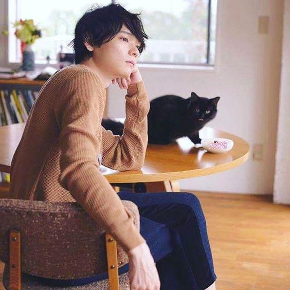 黒ねこと一緒の古川雄輝のかわいい画像