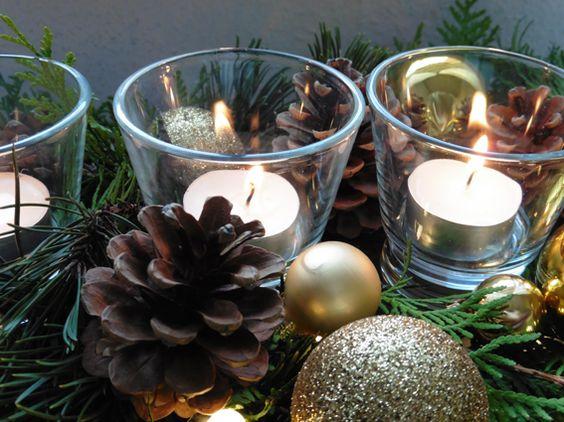 Klassische Weihnachtsdekoration mit Tannenzapfen und Goldkugeln.