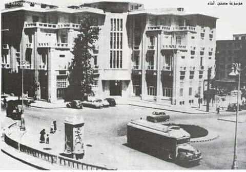 أحد باصات النقل العام يعبر ساحة الحجاز أمام فندق خوام في مطلع خمسينات Old Photos Damascus Old City