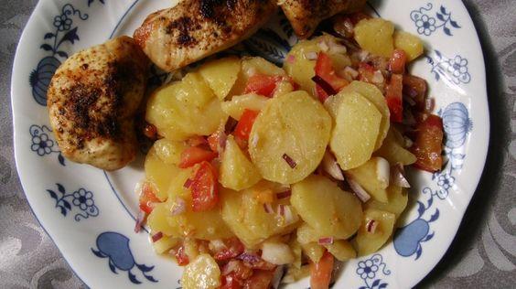 Mal ein etwas anderer Kartoffelsalat - mit Tomaten - dazu Hähnchenmedaillons.