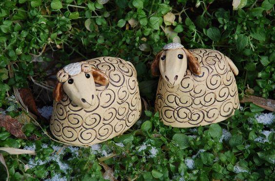 Ovečka a beránek z keramiky Keramická ovečka a beránek - velikonoční dekorace. Výška7 cm, délka- ovečka7 cma beránek8 cm. Vyrobeno ze šamotové hlíny. Ručně modelováno. Uvedená cena je za1 ks.