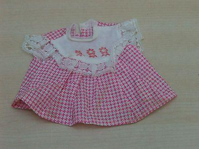 suesses-kleines-Kleidchen-rosa-weiss-mit-Spitze