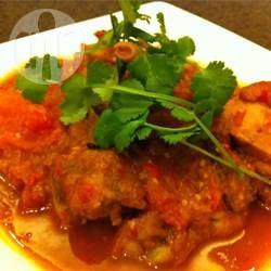 Ayam Masak Merah (Scharfes Malaysisches Hähnchen mit Tomaten) -  Ein ganzes Huhn wird in einer scharfen Soße aus Chili, Kurkuma, Zimt, Sternanis, Nelken und Kardamom gekocht - ein leckeres Gericht aus Malaysien, das auch gerne für Eid gemacht wird. In Malaysia isst man scharf!@ de.allrecipes.com