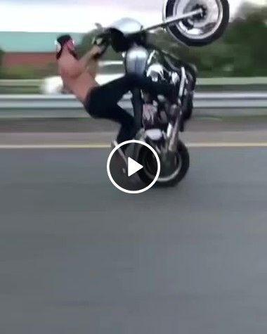 Homem maluco fazendo manobra como moto no meio da estrada