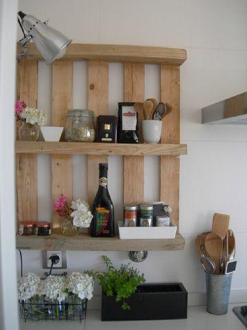 idée étagère entre cuisine et salle à manger au niveau du plan de travail séparateur.