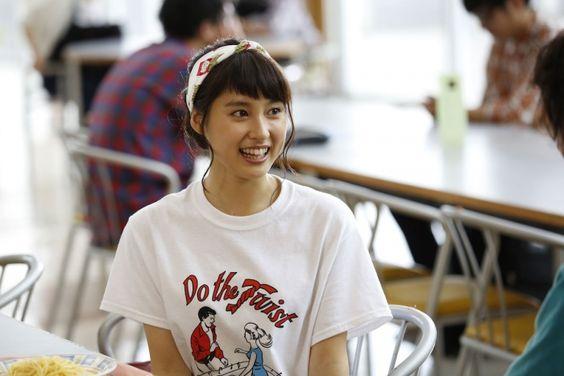 デザインが可愛いTシャツを着ている土屋太鳳