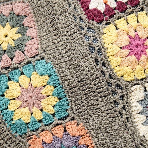 お花刺繍のショルダーバッグ【丸型】グレーの写真3 - 刺繍部分をアップにしてみました。手作りの為、細かい配色はそれぞれ異なりますが、どれもとってもかわいいです^^